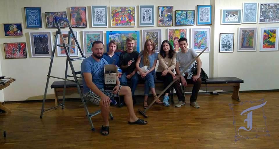 """Ю. Бернацький, засновник і керівник арт-студії """"Художик"""", з вихованцями: виставку змонтовано!"""