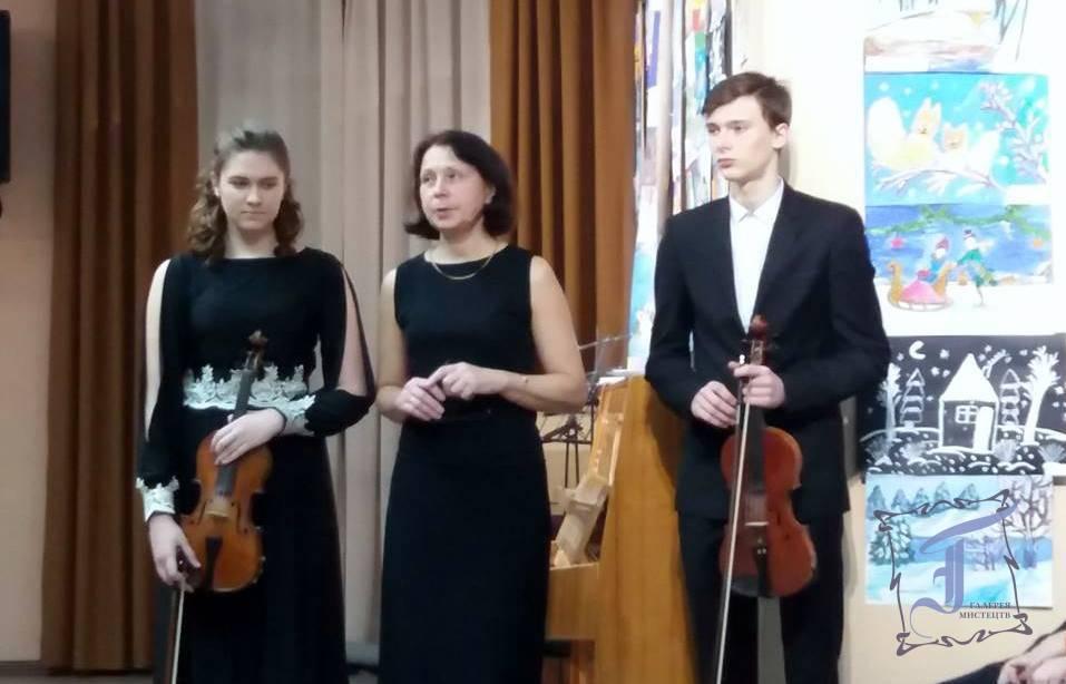 Т. Лисенко з учнями. Фото. М. Федорової