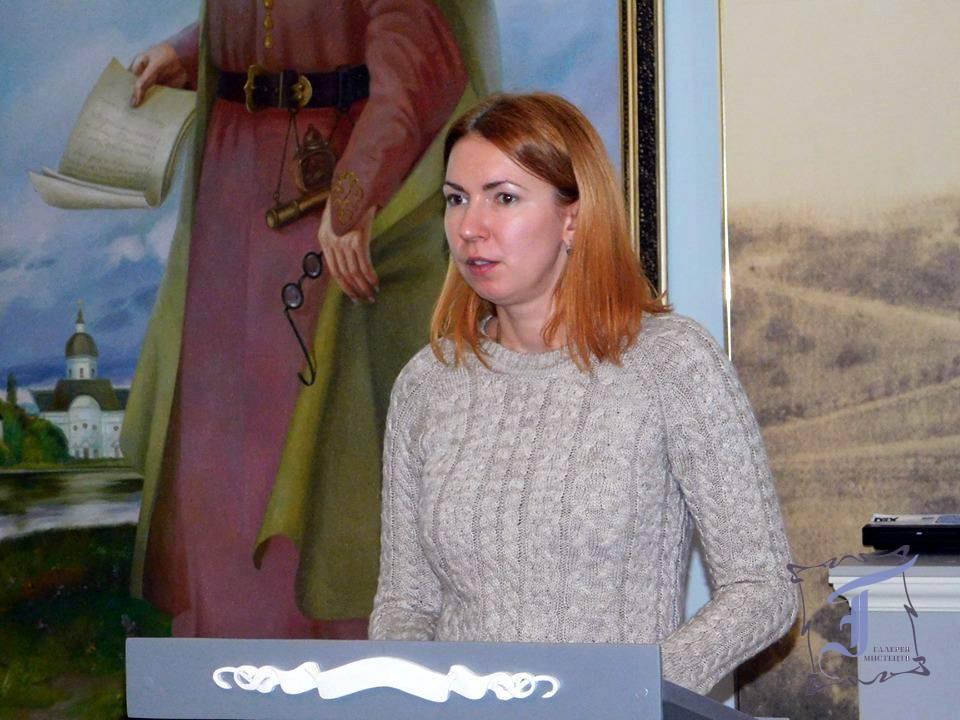 Науковий співробітник музею Олеся Будяк знайомить присутніх з ім'ям шведського художника Карла Петера Мазера