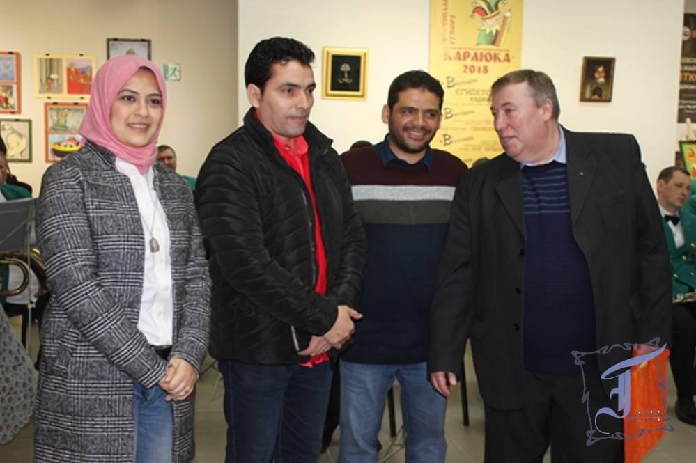 """Один із батьків-засновників """"Карлюки"""" М. Шлафер (крайній праворуч) з єгипетськими карикатуристами"""