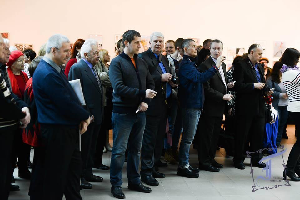 """Серед глядачів відомий в усьому світі український карикатурист, переможець та лауреат чисельних міжнародних конкурсів карикатури Ігор Лук'янченко, персональна виставка розміщена в експозиції """"Карлюки"""". Фото О. Імальдінової ї"""