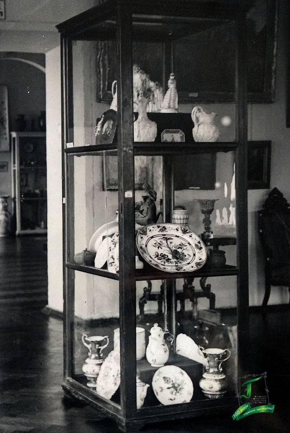 Вітрина зі зразками західноєвропейської порцеляни. Фото кінця 1930-х рр.
