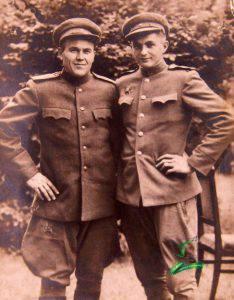 Ефрейтор Павлюченко Володимир (праворуч) з товаришем 1945 м. Бела Чехословаччина