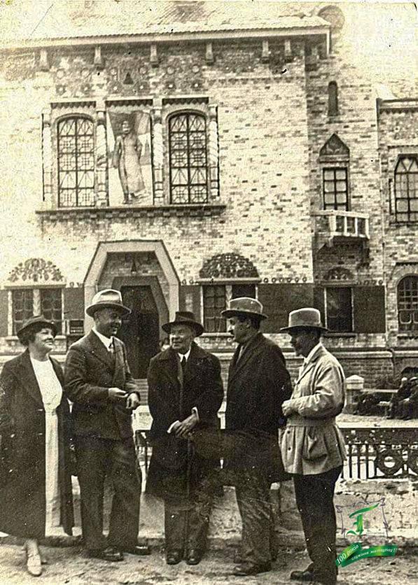 Біля краєзнавчого музею: дружина М. Бурачека, П. Горобець, М. Бурачек, С.Розенбаум, М. Донцов