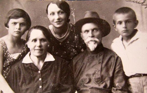 В.Є. Павлюченко (праворуч) з дідусем та бабусею, мамою та сестрою