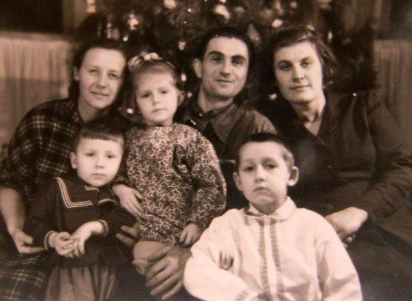 Павлюченко (у центрі), його дружина Віра (праворуч) та донька Оленка (по центру)