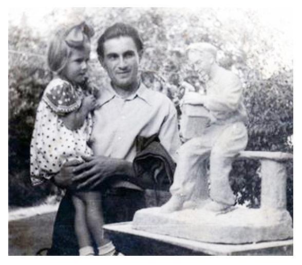 "В. Павлюченко з донькою біля скульптури К. Посполітака ""Друг птахів"""